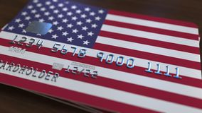 Plast- kontokort som presenterar flaggan av Förenta staterna Släkt animering för nationell banksystem lager videofilmer