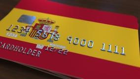 Plast- kontokort som presenterar flaggan av Spanien Släkt animering för nationell banksystem arkivfilmer