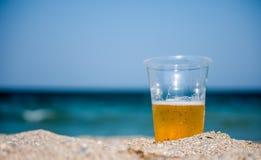 Plast- kopp med öl Royaltyfri Fotografi