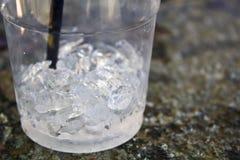 Plast- kopp med is arkivbilder