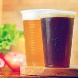 Plast- koppar av öl Arkivfoto