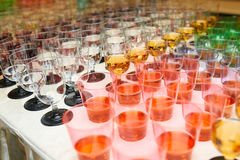 Plast- koppar av fruktsaft Arkivbilder