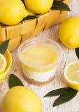 Plast- koppar med den kräm- och ljusbruna efterrätten för citron Arkivbilder