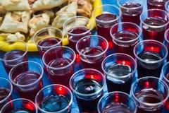 Plast-koppar med fruktsaft Royaltyfri Fotografi