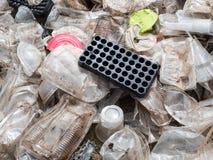 Plast-koppar och behållare som är förberedda för återanvändning Arkivfoto