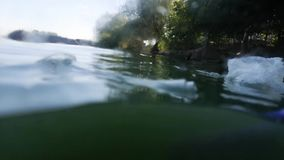 Plast- koppar och rör i flaskan Levande makrofotografiplast- Perspektiv, som om sikten från vattnet Begreppet av e stock video