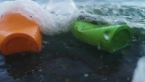 Plast- koppar och rör i flaskan Levande makrofotografiplast- Perspektiv, som om sikten från vattnet Begreppet av e lager videofilmer