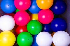 Plast- kulöra barnbollar arkivbilder