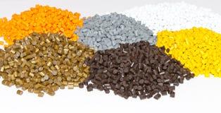 Plast- kulor på tabellen i laboratoriumet Polymeric färg Royaltyfri Foto