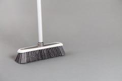 Plast- kvast Gray Background Arkivfoto