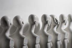 Plast- kvinnaskyltdockor som står i linjen arkivfoto