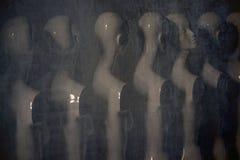 Plast- kvinnaskyltdockor som står i linjen royaltyfria foton