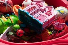 Plast- leksaker och bollar arkivbild
