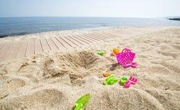 Plast- leksaker på sanden Royaltyfri Bild