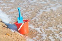 Plast- leksaker på stranden Arkivbild