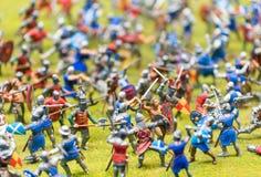 Plast- leksaksoldater som är förlovade i en strid - krigbegrepp arkivbilder