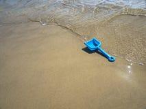 Plast- leksakspatel på stranden Fotografering för Bildbyråer