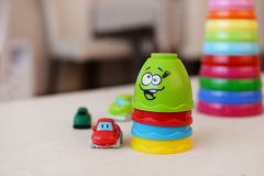 Plast- mång--färgad leksakpyramidtecknad film royaltyfri foto