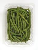 Plast- magasin med ångade haricot vert Royaltyfria Bilder