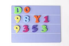 Plast- magnetiskt kulört engelskt alfabet på blå bakgrund fotografering för bildbyråer