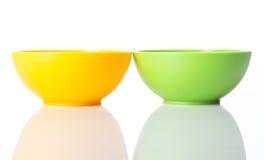 Plast- mellanmålbunkar för guling och för greel Arkivfoto