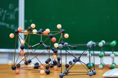 Plast- molekylär bildande modell På bakgrunden av skolförvaltningen royaltyfri bild