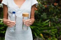 Plast- och exponeringsglasbootle arkivbild