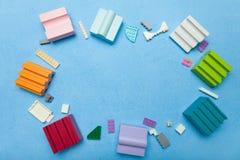 Plast- och träkuber, tomt utrymme för text arkivbilder