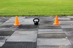 Plast- orange signalkottar står på stadion i förberedelsen för konkurrensen för lyftande vikter Royaltyfri Fotografi