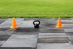 Plast- orange signalkottar står på stadion i förberedelsen för konkurrensen för lyftande vikter Royaltyfri Foto