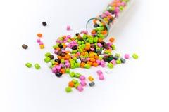 Plast- paletter Mångfärgade plast- partiklar Plast- råvaror i partiklar för bransch Polymeric färg som är flerfärgad på en whit Royaltyfri Bild