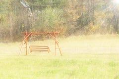 Plast- plats av barns en kedjegunga inst?lld ovanf?r jorden Anpassningar f?r en lekplats Minnen av ett glat och arkivbild