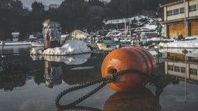 Plast- ponton som svävar skeppsdockabojet royaltyfri fotografi