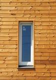 Plast- PVC-fönster i ny modern passiv trähusfasadvägg Arkivbilder