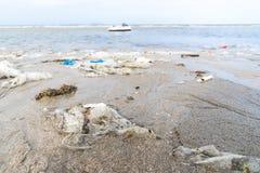 Plast- Rubbish som tvättas upp på en strand royaltyfri fotografi