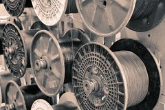 Plast- rullar med kabel arkivbilder