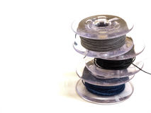Plast- rulle tre av trådar för symaskin på en vitbac Fotografering för Bildbyråer