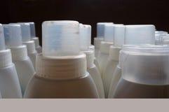 Plast- små medicinflaskor! arkivbilder