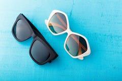 Plast- solglasögon på blått Arkivbild