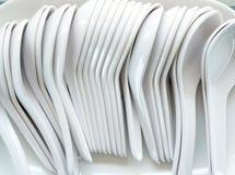 Plast- soppskedar för vitt porslin royaltyfria foton