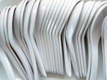 Plast- soppskedar för vitt porslin arkivfoton