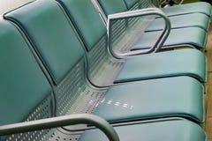 Plast- stolplatser är ljus - gräsplan Arkivfoto