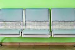 Plast- stolplatser är ljus - gräsplan Royaltyfria Bilder