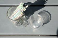 Plast- sugrör och plast-koppar Arkivfoto