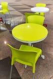 Plast-tabeller och stolar i kafé Arkivbilder