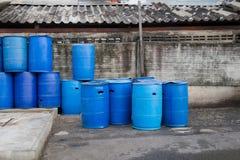 Plast- tankar eller 200 liter den plast- behållaren som används som avfall Royaltyfri Bild