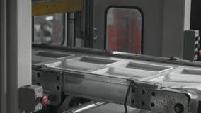 Plast- tillverkning för lunchaskar, den disponibla matpacken ware produktionslinjen stock video