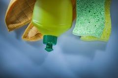 Plast- torkduk för flasktvagningsvamp på vit yttersida royaltyfri bild