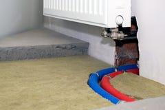 Plast- uppvärmningrör i golvet Arkivbild