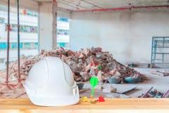 Plast- vit för hjälm med pil tre arbete för hattsäkerhetsutrustning av teknikbegreppet på det wood golvet arkivfoto